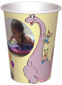 כוס לילך הדינוזאורית משחקת מגלשה עם הילדים